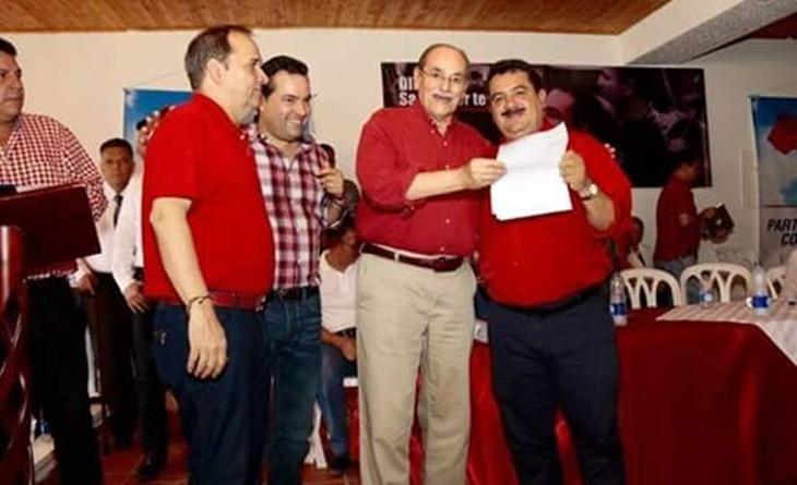 Hermes Ortiz recibiendo el aval de Horacio Serpa en compañía de Jaime Duran Barrera y Didier Tavera