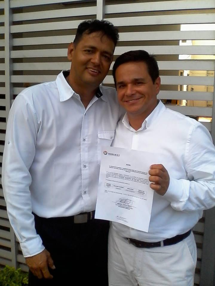 Ariel Fernando Rojas recibiendo el Aval de La U, en compañía de Raul Ardila candidato al Concejo de San Gil