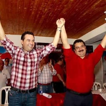 Hemres Ortiz recibiendo el aval liberal en compañia de Didier Tavera