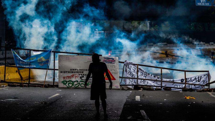 Un manifestante visto tras enfrentamientos con la policía durante una manifestación contra el presidente venezolano Nicolás Maduro, en Caracas el 19 de abril de 2017.  Foto por AFP/ Juan Barreto