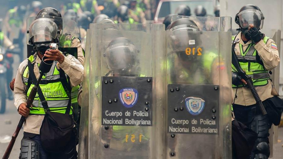 La policía antidisturbios venezolana disparó el jueves a grupos de manifestantes que intentan derrocar al presidente Nicolas Maduro. Foto/ AFP