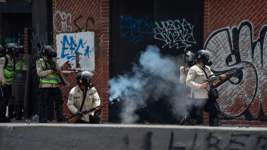 Policías antimotines disparan gases lacrimógenos durante la protesta contra el gobierno de Nicolás Maduro en Caracas, Venezuela. Foto AFP/  Juan Barreto