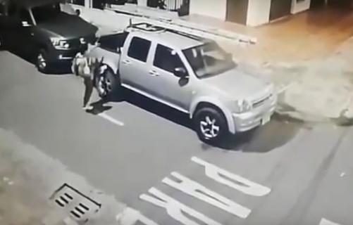 hombre roba vehículo